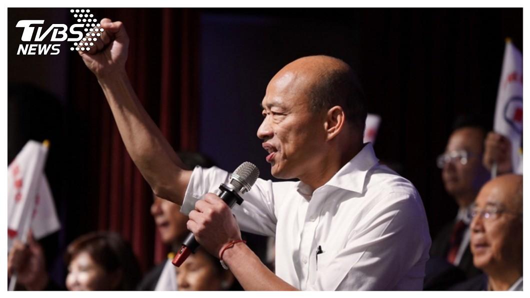 高雄市長韓國瑜(中)15日正式宣布請假三個月,投入總統大選,並高歌「我現在要出征」,向高雄市民表達心境。    圖/中央社 【觀點】我現在要出征! 韓國瑜參選總統最高的正當性