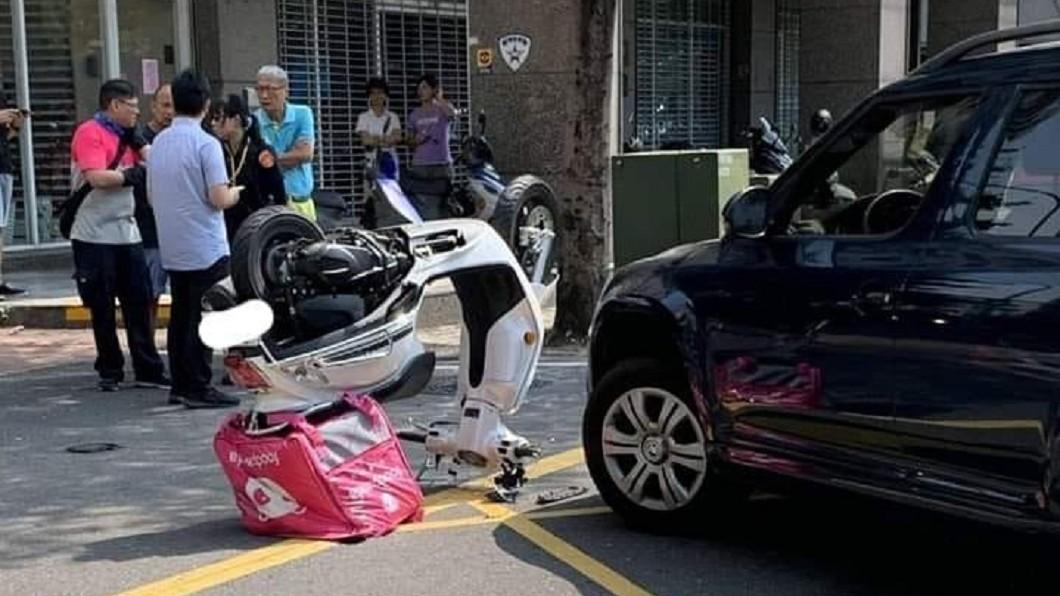網友開玩笑說「是熊貓在breaking啦」。圖/翻攝自臉書爆料公社 外送員再傳意外! 機車自翻倒插如「功夫熊貓」