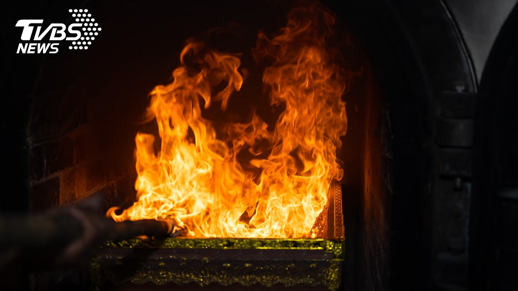 示意圖/TVBS 老翁昏厥家屬自認死亡送火葬…險被活活燒死