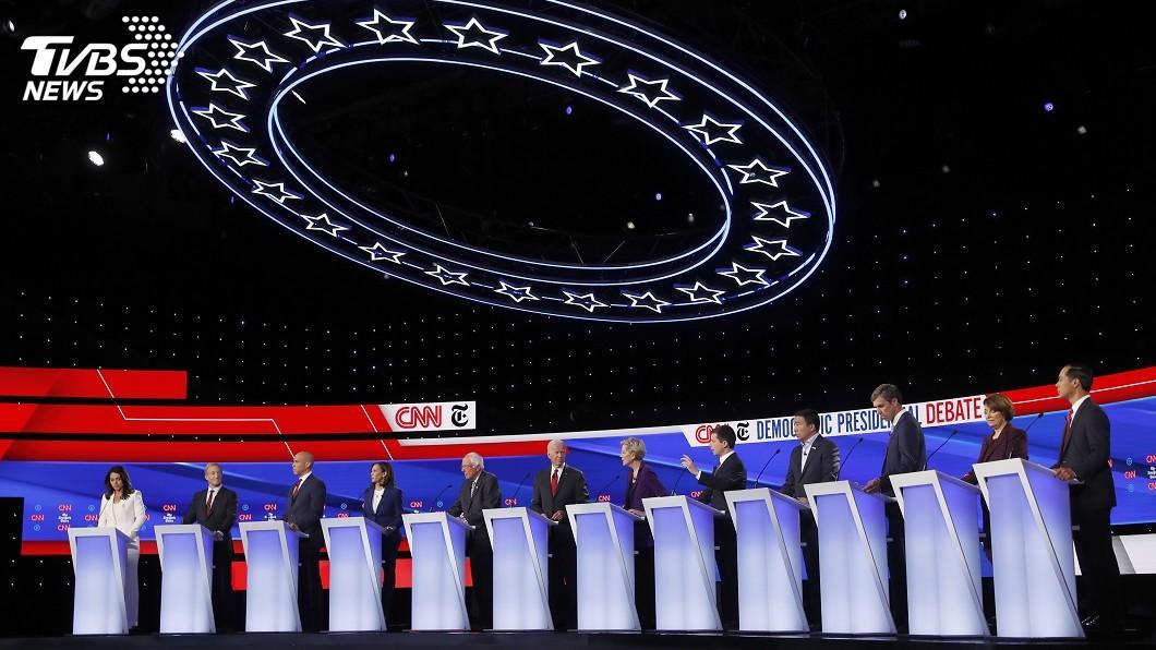 圖/達志影像美聯社 民主黨初選辯論 川普電話門疑雲成攻擊箭靶