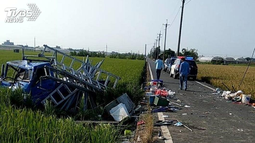 圖/中央社(民眾提供) 嘉義2貨車事故衝入稻田 2人遭拋出車外重傷