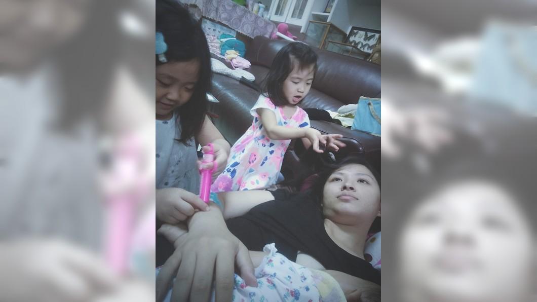 1個媽媽同時要照顧3個孩子,這是非常辛苦的。(圖/翻攝自爆怨公社) 被打針玩頭髮手還抱1個 母1打3「厭世臉加眼神死」