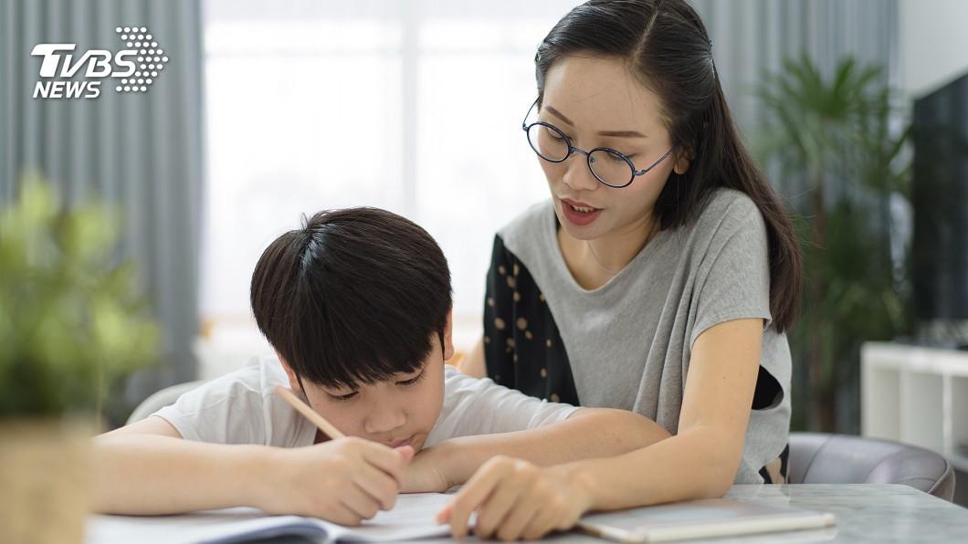 孩子在寫作業時,許多媽媽都會在一旁陪伴指導。(示意圖/TVBS) 小一處女座兒太龜毛…字跡工整如範本 媽:我神經緊繃