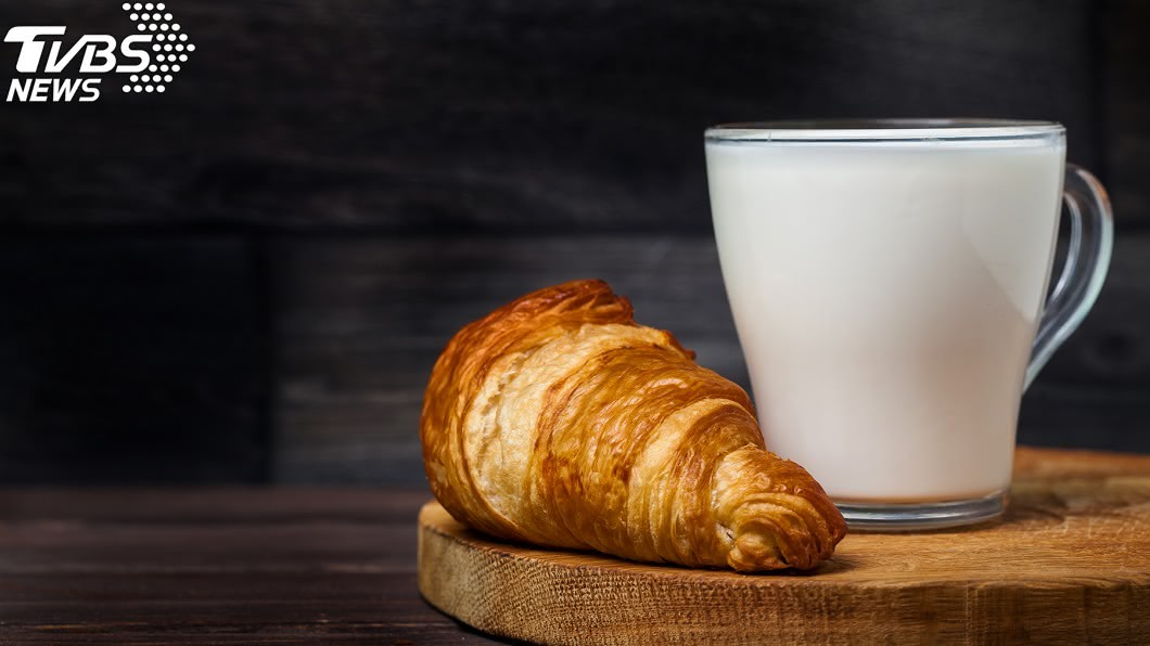 麵包牛奶示意圖/TVBS 吃4個月「國民早餐」竟得洗腎!營養師曝恐怖下場