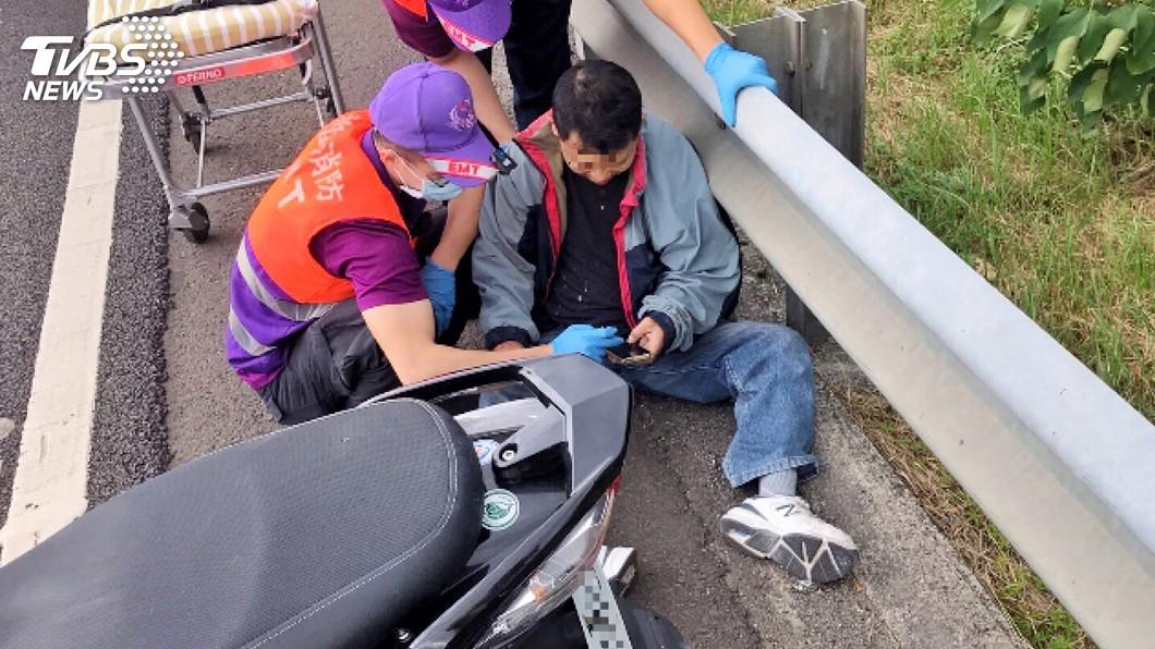 圖/國道公路警察局第六大隊提供 機車騎士誤闖國道 自撞護欄手腳挫傷送醫