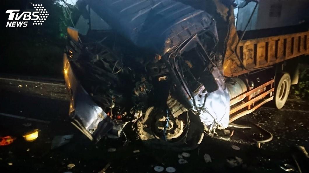 圖/中央社(翻攝照片) 貨車失控衝破高架橋護欄 自15公尺高墜地駕駛亡