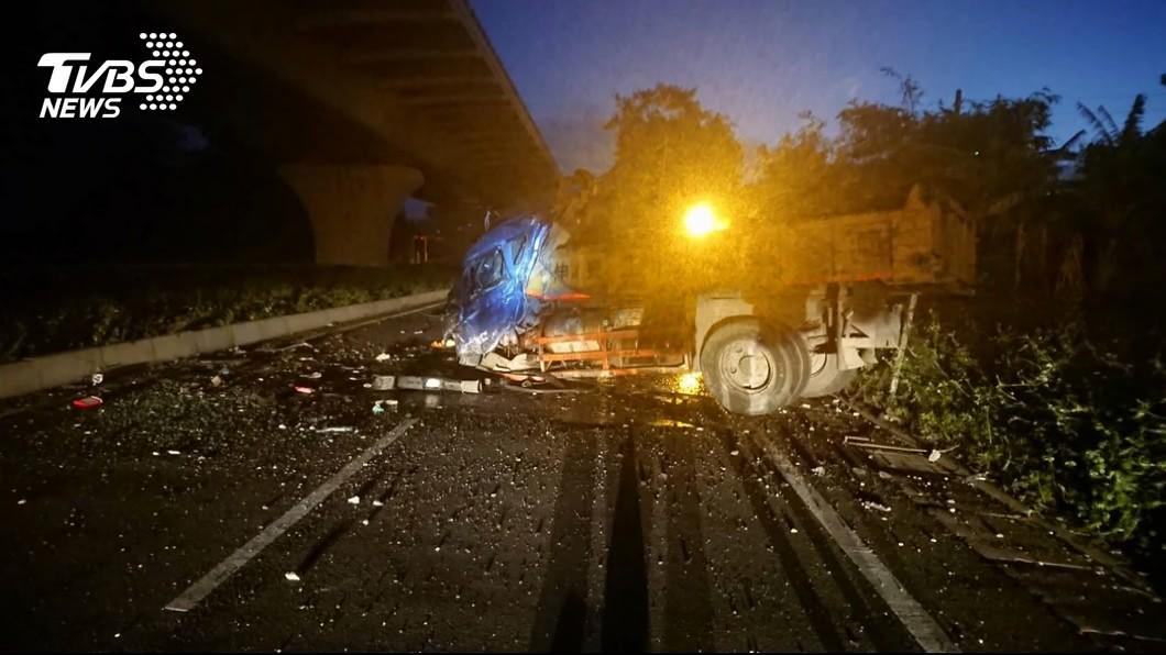 (圖/TVBS資料畫面) 輪胎掉落害貨車墜15公尺橋…駕駛掀頭皮亡 他下場慘了