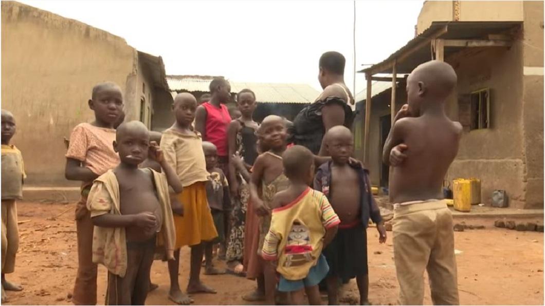 烏干達1名婦人在24年內生了44個孩子。(圖/翻攝自YouTube) 結婚24年…她36歲生44個孩子 醫摘子宮:別再生了