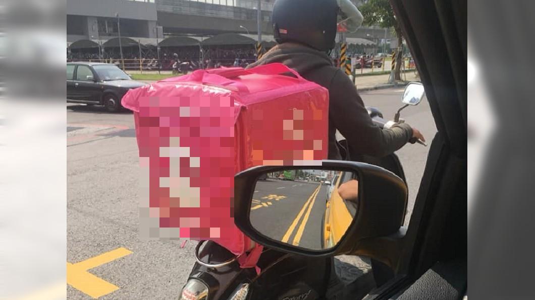 圖/翻攝自「爆廢公社」 開車拍外送員逆向等紅燈 駕駛被酸爆:你也母湯啊