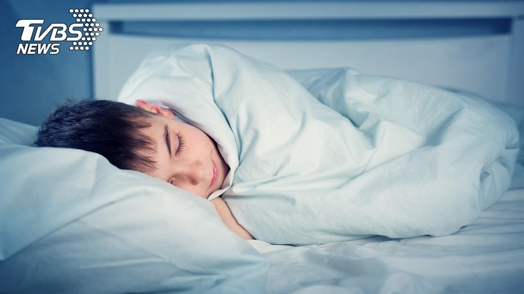 示意圖/TVBS 男童喜歡趴著睡 老師好心糾正睡姿掀開棉被卻傻眼