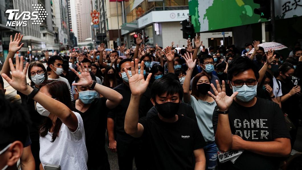 圖/達志影像路透社 香港再現反送中快閃行動 數百人戴口罩堵路遊行