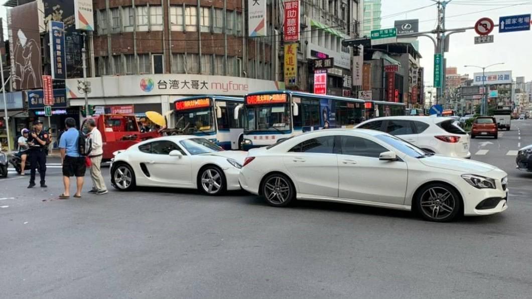 追撞車禍造成車流回堵。圖/TVBS翻攝