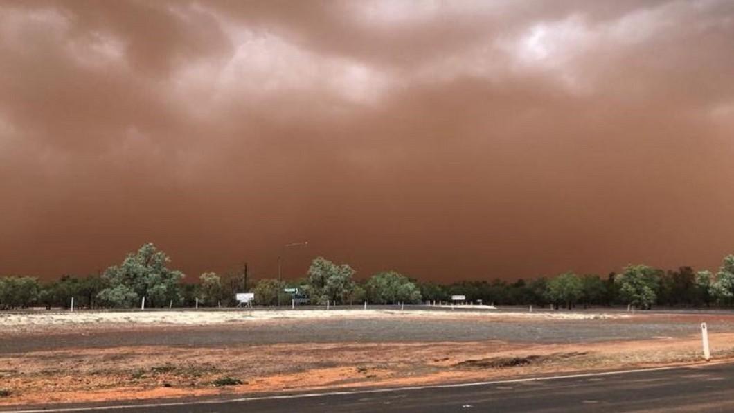 圖/翻攝自Harriet Tatham twitter 沙塵暴席捲昆士蘭東部 白天瞬間變黑夜