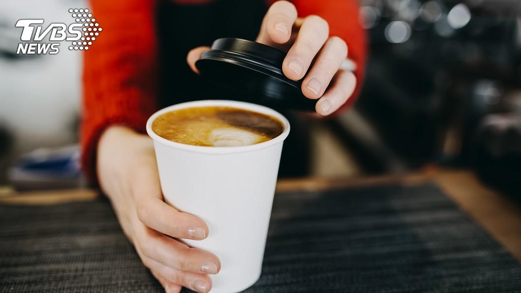 許多民眾都有在超商咖啡寄杯的習慣。(示意圖/TVBS) 到超商買大杯咖啡變中杯…女好心提醒 店員重作她傻眼