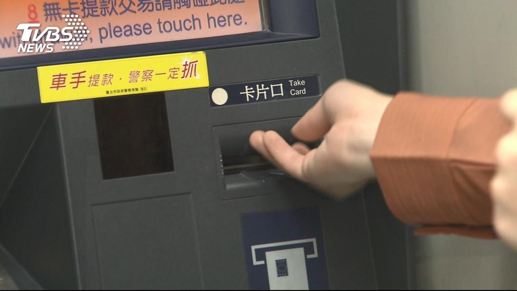 大多數民眾都有到ATM前提款的經驗。(示意圖/TVBS) 提款機貼「不要插壞了」…男小心插還故障 再看字條昏倒