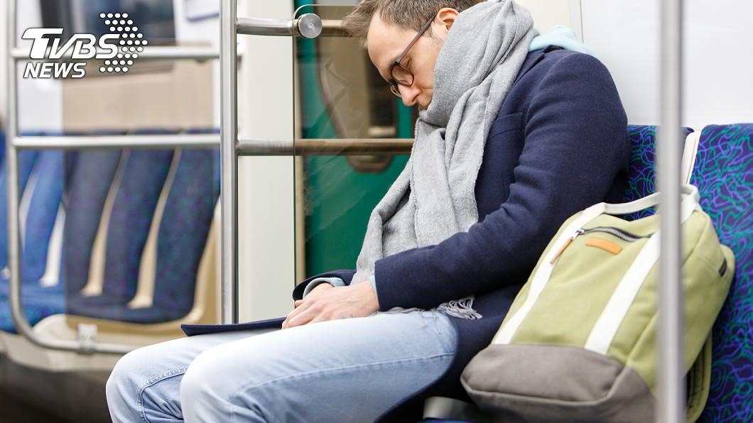 通勤族搭乘大眾運輸系統時,總是會小睡片刻以補充體力。示意圖/TVBS 男子低頭昏睡掉落「神秘小物」…千人笑翻