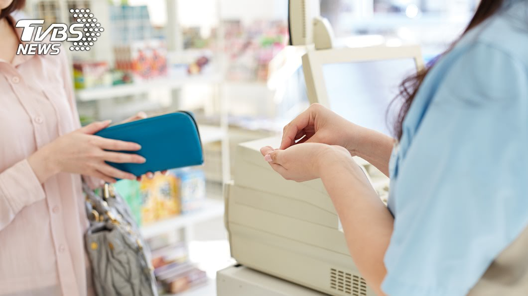 示意圖/TVBS 台中哥深夜結帳「口袋掏1張」 超商店員嚇到定格