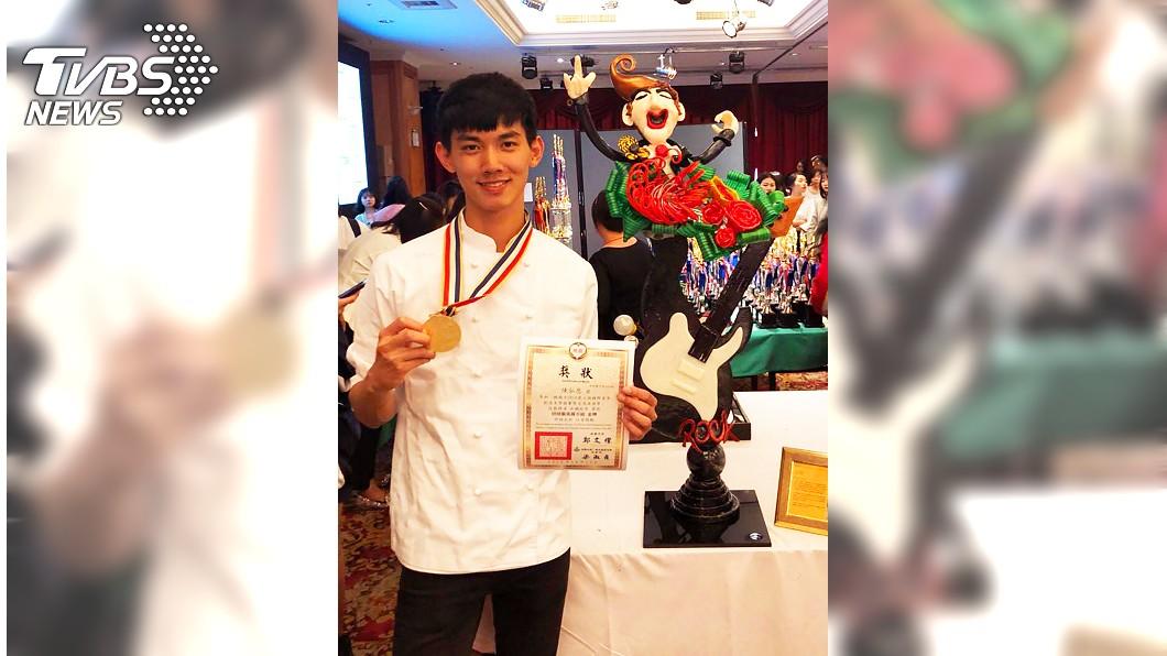 台北城市科技大學學生陳弘恩挑戰以拉糖做出120公分高、18公斤重的搖滾歌手,在國際青年創意美學競賽中獲烘焙藝術展示組金牌。(圖/城市科大提供) 120公分搖滾歌手拉糖 科大生國際賽奪金!