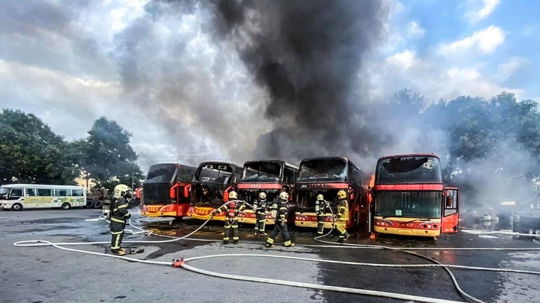 圖/翻攝自臉書社團斗六人(讚)出來 驚!台西客運停車場大火 5遊覽車燒成一團火球