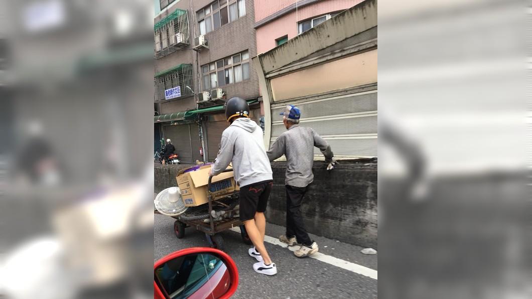 圖/翻攝自臉書社團「爆廢公社」 瘦弱伯苦推回收車…男下車1舉動暖炸 萬人讚爆