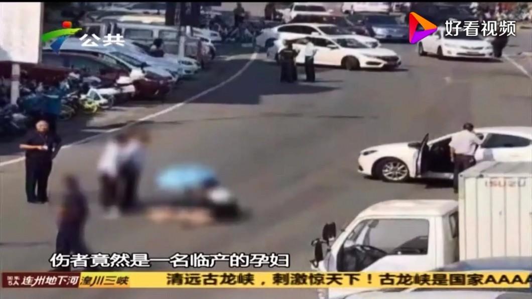 圖/翻攝廣東資訊站好看視頻 孕婦指揮倒車慘被撞 親姊駕駛淒慘哭喊