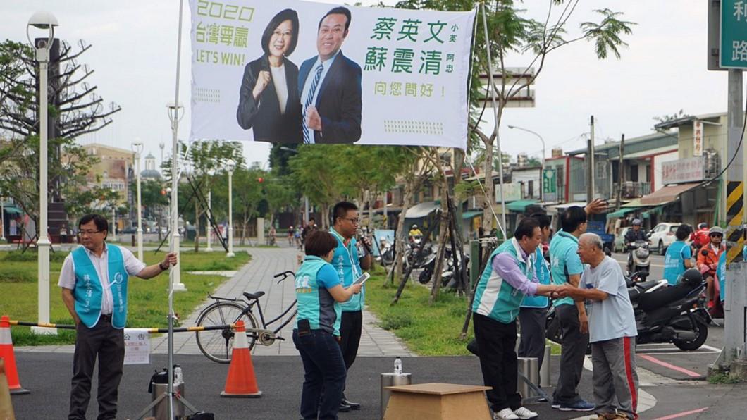 圖/中央社(民眾提供) 蘇震清街頭拜票開座談會 大動作引關注
