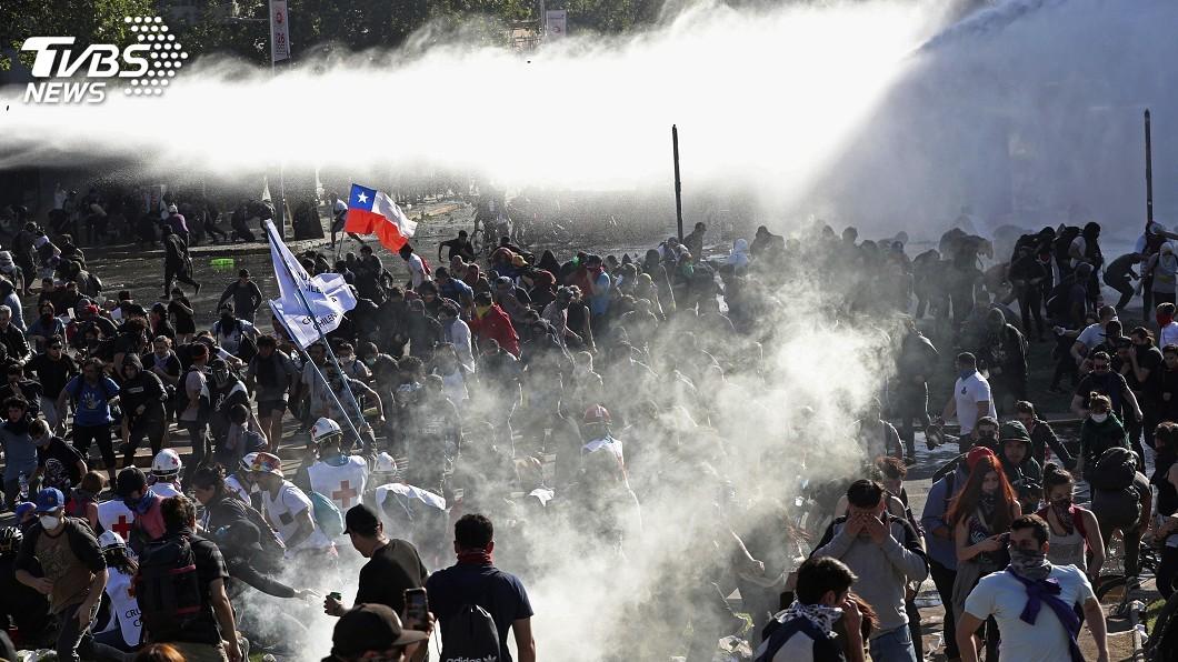 圖/達志影像美聯社 拉美動盪蔓延 市井小民逃到智利又遇暴亂困機場