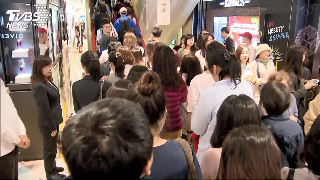 許多店家因為生意太好,顧客常常大排長龍。(示意圖/TVBS) 傻眼!客點餐外帶耐心等40分 店員回:出給別人了
