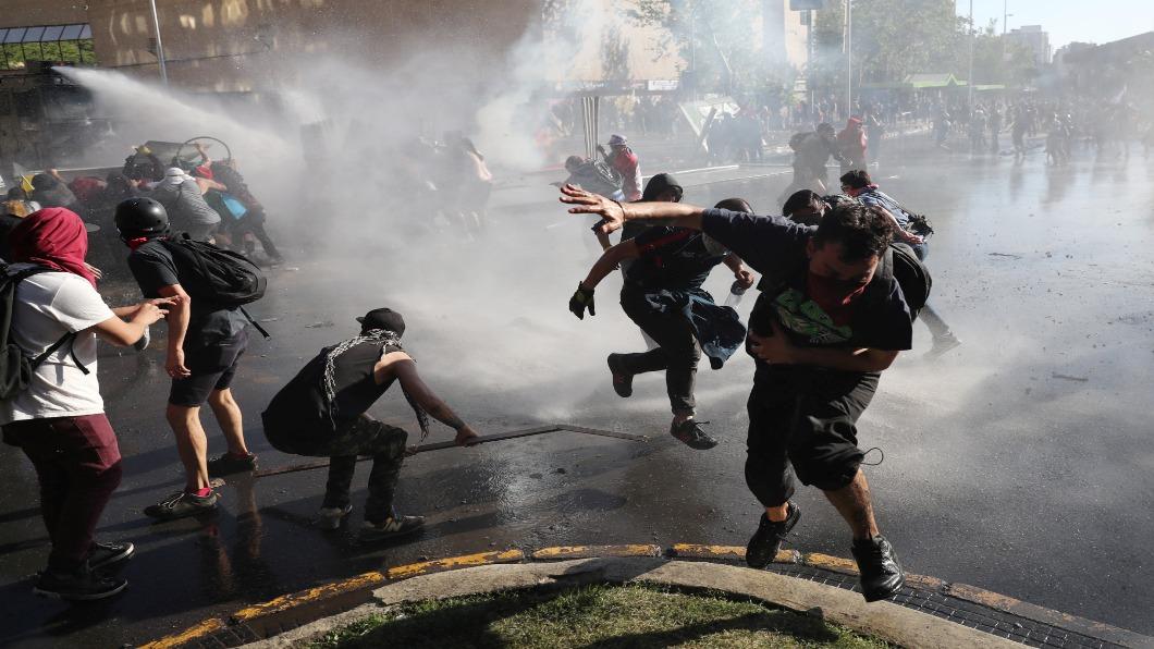 圖/達志影像路透 智利地鐵票漲引暴動 首都緊急狀態宵禁