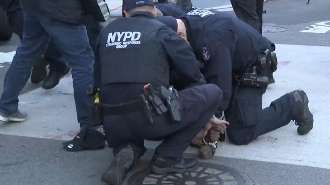 圖/翻攝自CBS New York 「魚躍龍門」「跳窗逃」 紐約嫌犯兩秒被警制伏