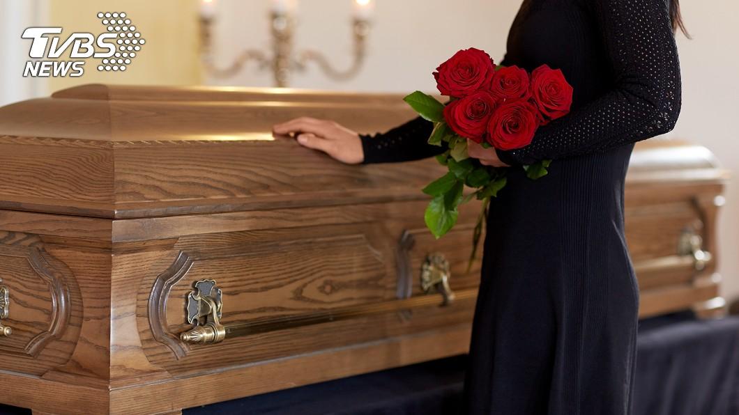 近年來很多人喜歡拍照分享到網路上。示意圖/TVBS 男躺棺材「開心比YA」 24小時後意外身亡