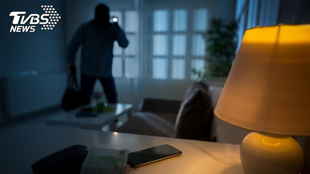 李男到1戶住家偷竊。示意圖/TVBS 翻窗行竊「手機、提款卡」遺留現場…小偷回撥求屋主歸還