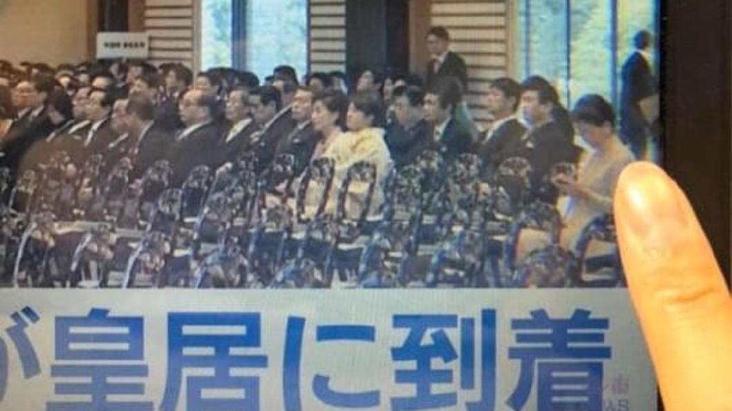 圖/翻攝自 陶傑 Channel 臉書 721三個月隔日 林鄭出席天皇登基卻在滑手機