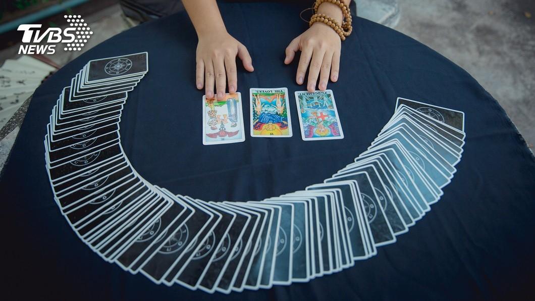 許多人喜歡算命,算塔羅牌就是其中一種方式。(示意圖/TVBS) 女疑愛人劈腿算塔羅…連抽2張皇后牌 男怒打斷她腳踝