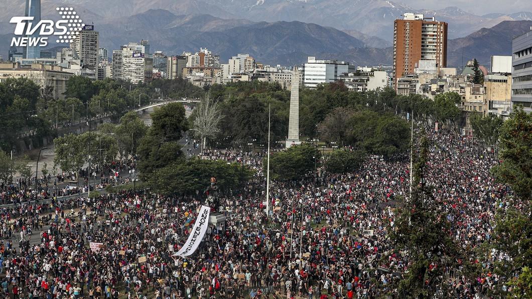 圖/達志影像美聯社 智利示威延燒5天 總統致歉並宣布相關社會措施