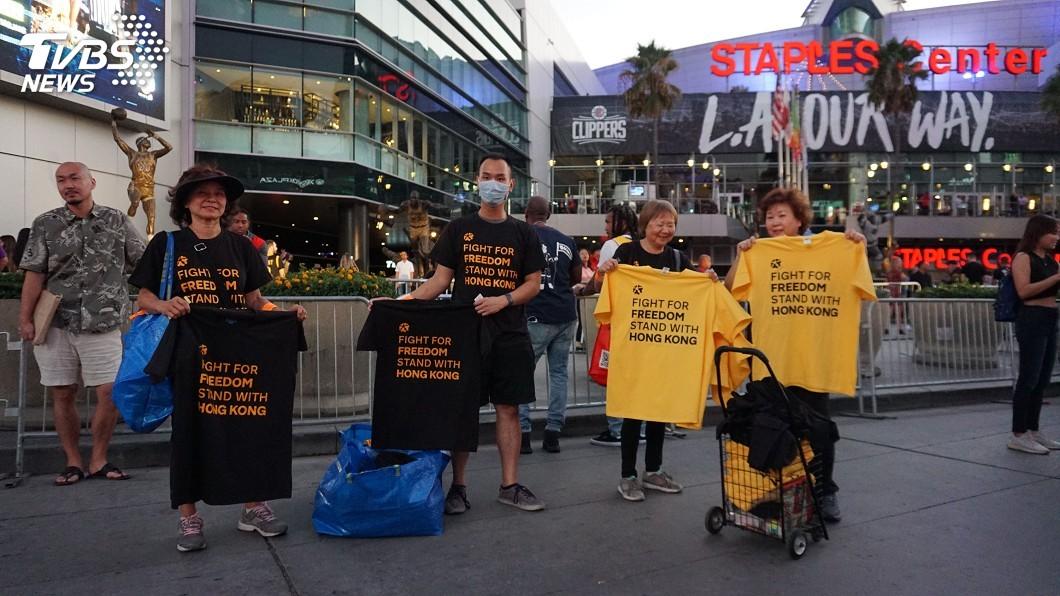 圖/中央社 NBA開打送萬件T恤挺港 發起人盼台了解自由珍貴
