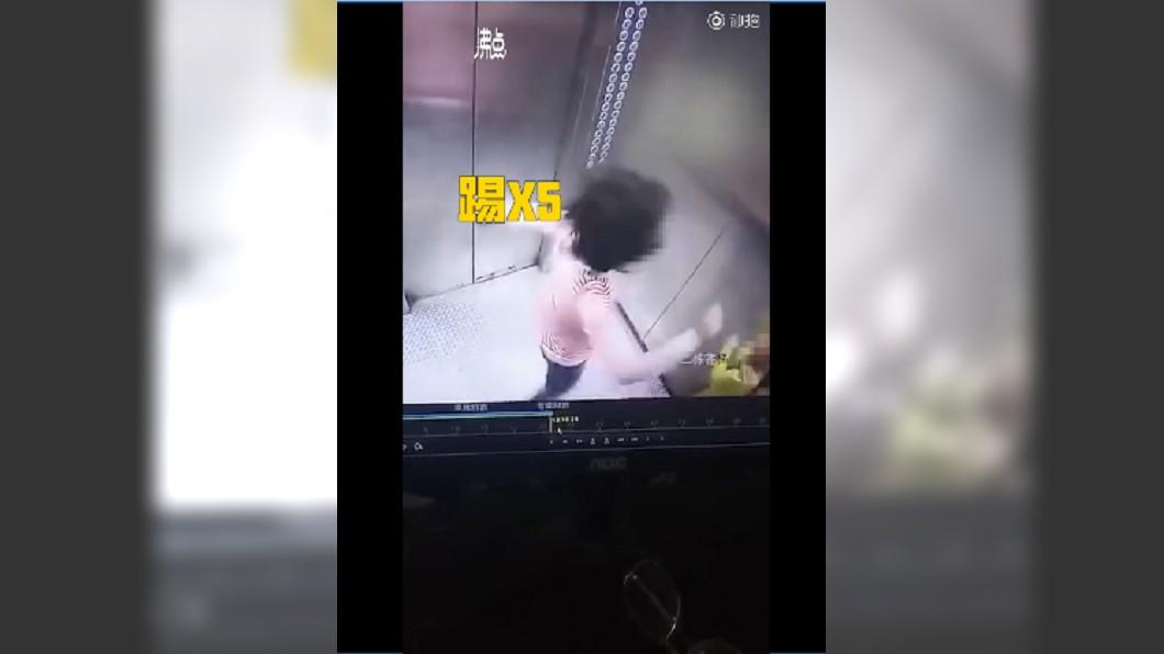 圖/翻攝自 沸點視頻 電梯內對兒拳打腳踢!原因曝光…網痛批噩夢
