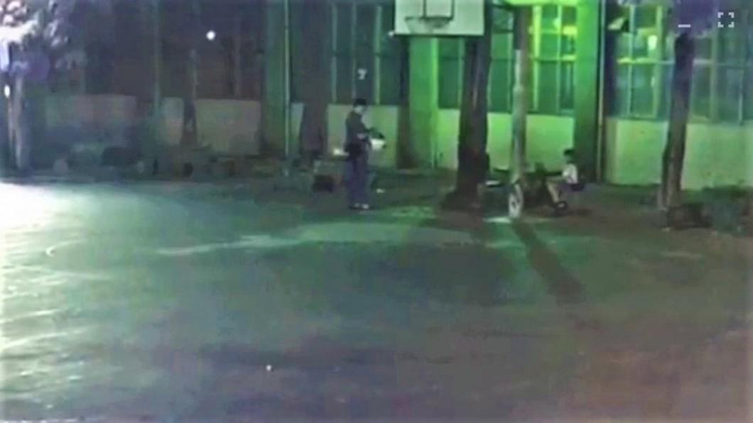 圖/中央社(翻攝照片) 單親爸太累叫不醒 小二男童凌晨瑟縮趴睡公園