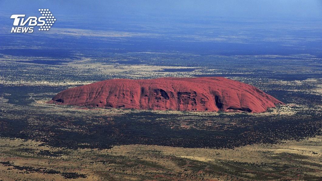 圖/達志影像美聯社 澳洲烏魯魯巨岩永久封山 遊客搶最後日攀登