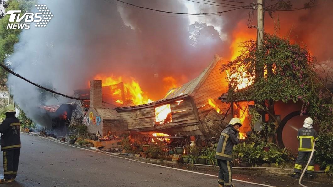 圖/苗栗消防局提供 南庄知名景觀餐廳起火 消防員19小時接力撲滅