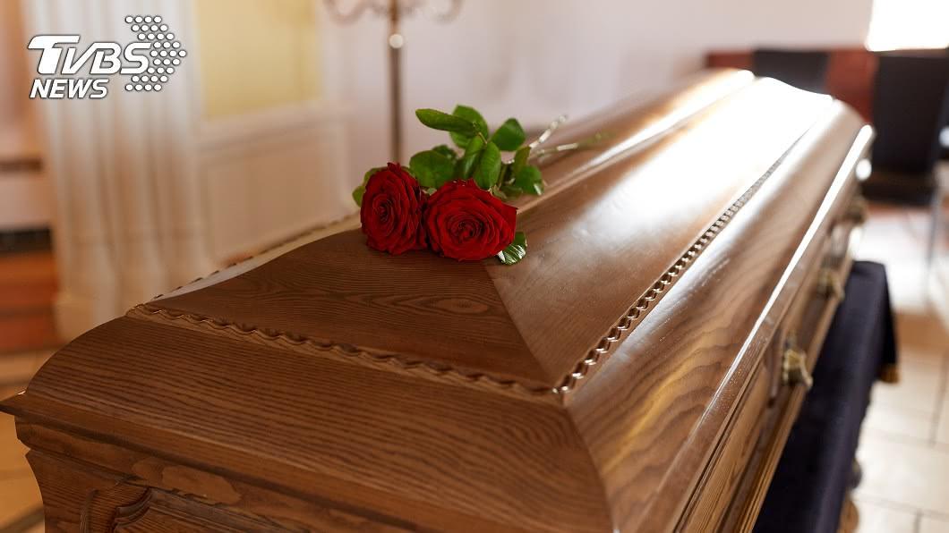 男子傻眼,父親的喪葬費已提前被「本人」領走。(示意圖/shutterstock達志影像) 爸過世兒無法申辦喪葬補助 承辦人:「本人」領走了