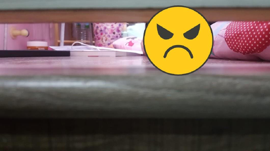 圖/翻攝自 爆廢公社公開版 母彎腰看女兒房嚇傻!驚見「長髮女鬼」哀怨對視