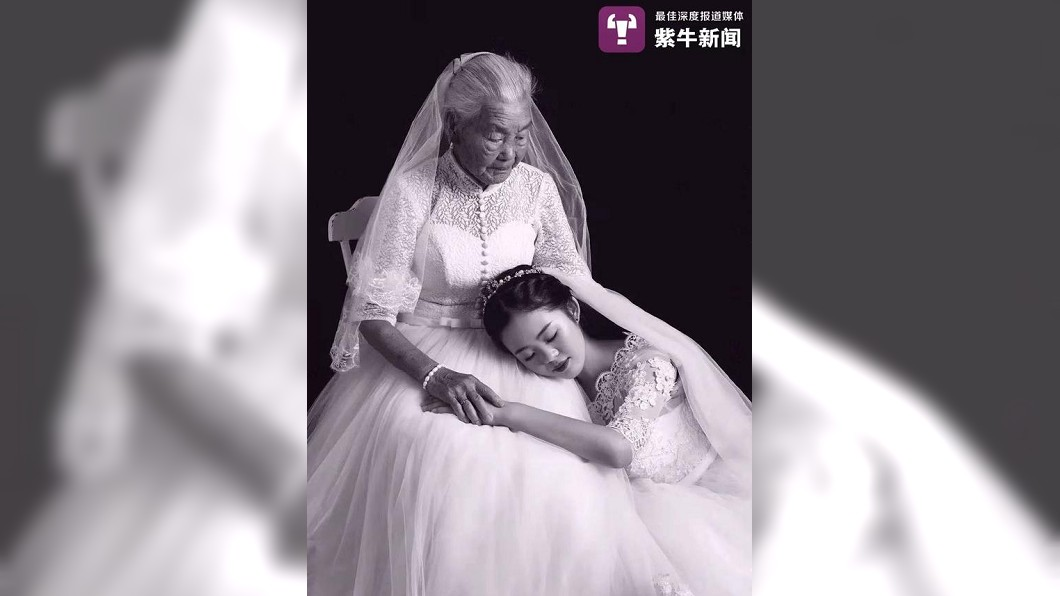 24歲的孫女帶著94歲的外婆拍攝婚紗照,不少人看到照片都感動地哭了。(圖/翻攝自紫牛新聞) 帶94歲嬤拍婚紗 24歲孫女:陪伴禁不起等待