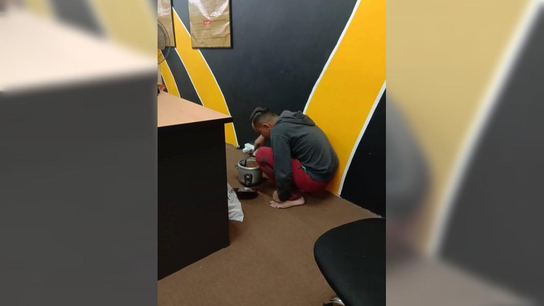 馬來西亞1名老闆日前傍晚返回辦公室時,看到員工竟蹲在牆角煮飯。(圖/翻攝自臉書) 員工下班躲辦公室牆角煮飯 老闆問真相超感動