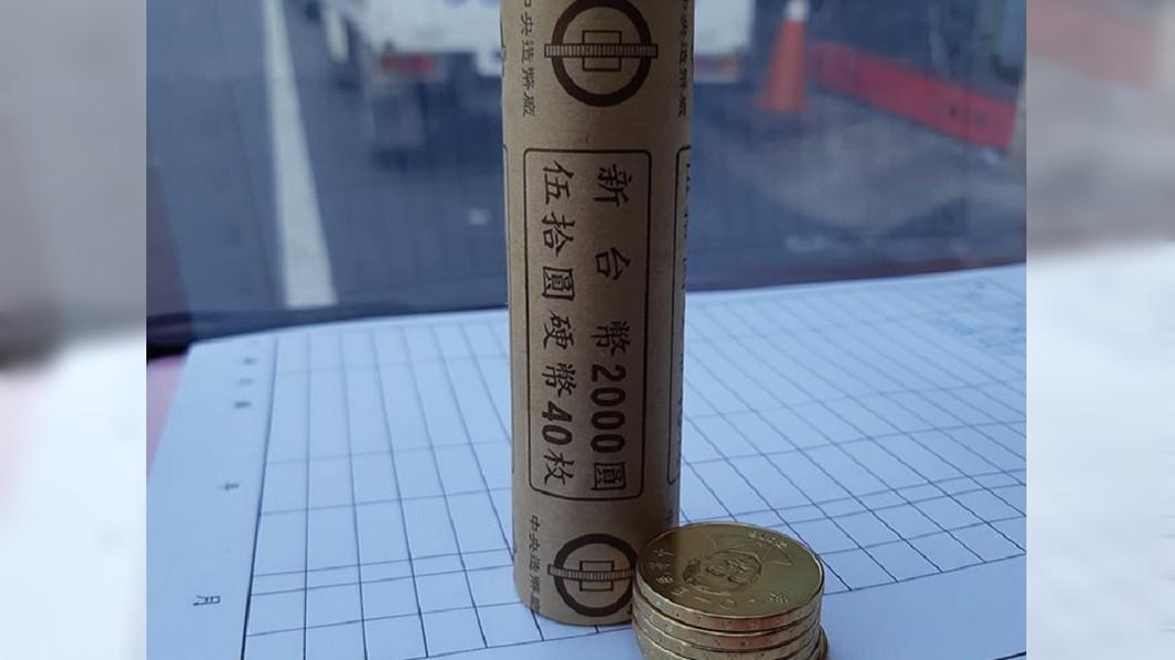 圖/翻攝自「爆怨公社」 他送瓦斯收到「整條金幣」 網羨喊:剛出爐欸!
