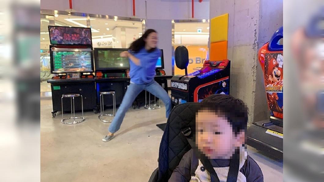 1名媽媽在遊樂場露出猙獰表情打拳紓壓,正好與兒子無辜萌樣呈現強烈對比。(圖/翻攝自臉書粉絲團DDING 제작소,以下均同) 嫩母化身「進擊的媽媽」 厭世臉曝心聲網全懂