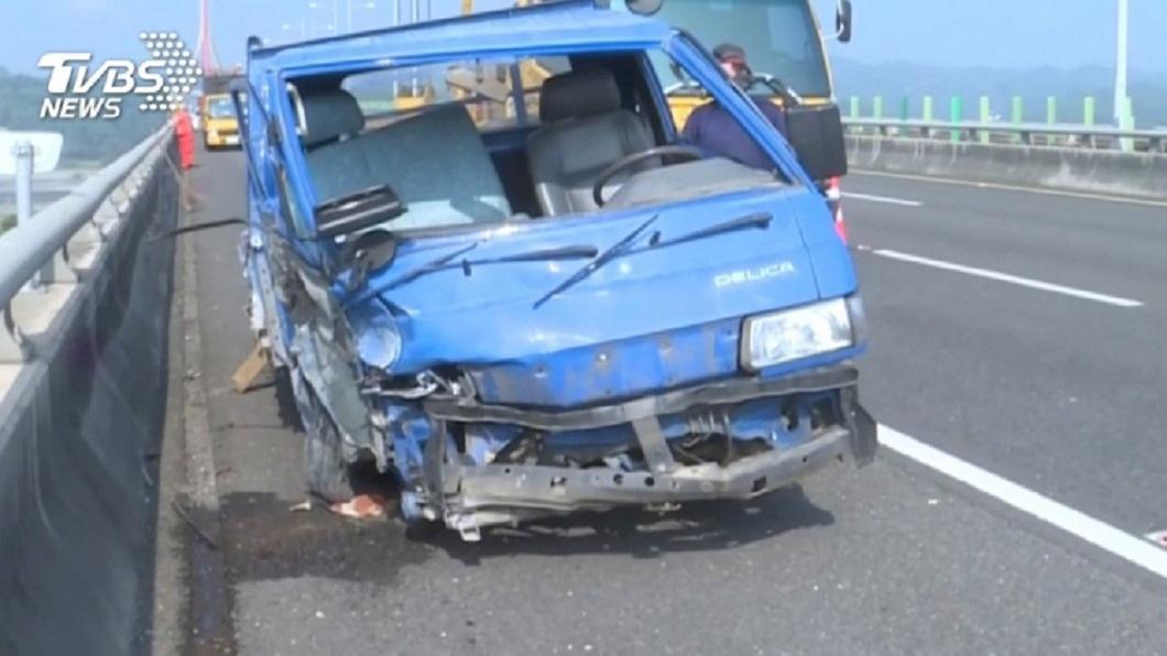 國道斜張橋路段日前發生車禍,警方追查發現,該輛小貨車是被偷開的。(圖/TVBS) 斜張橋車禍墜17樓高亡 駕駛嘉義偷車南下屏東工作
