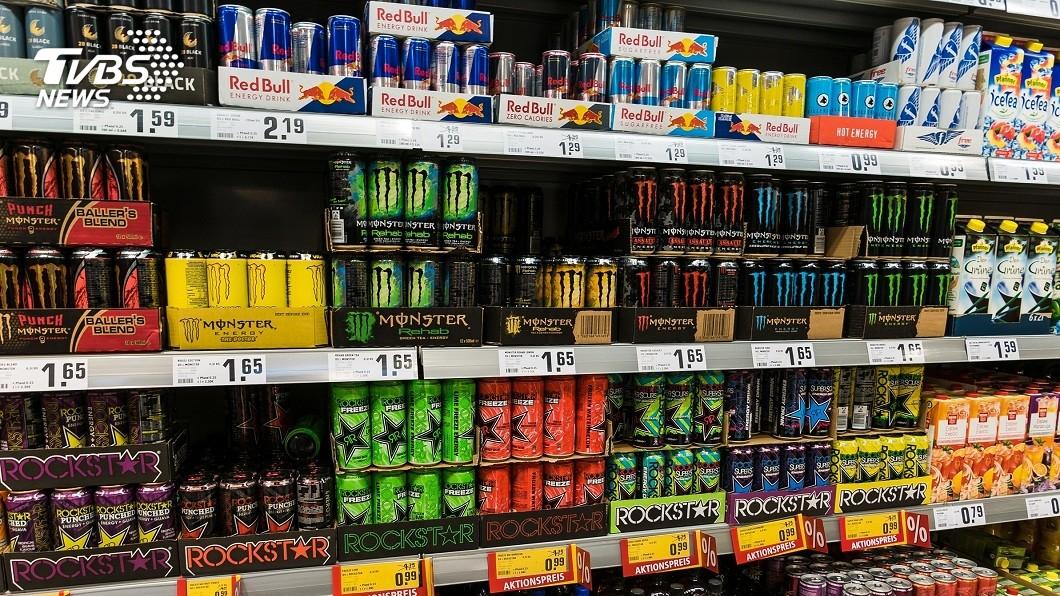 許多人都有喝能量飲料提神的經驗。(示意圖/TVBS) 每天灌10瓶提神飲料 26歲壯男心血管阻塞險掛