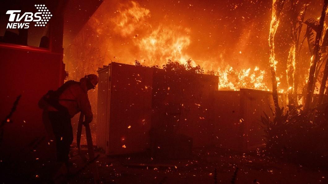 圖/達志影像美聯社 加州野火逼近高級住宅區 詹姆斯和阿諾連夜撤離