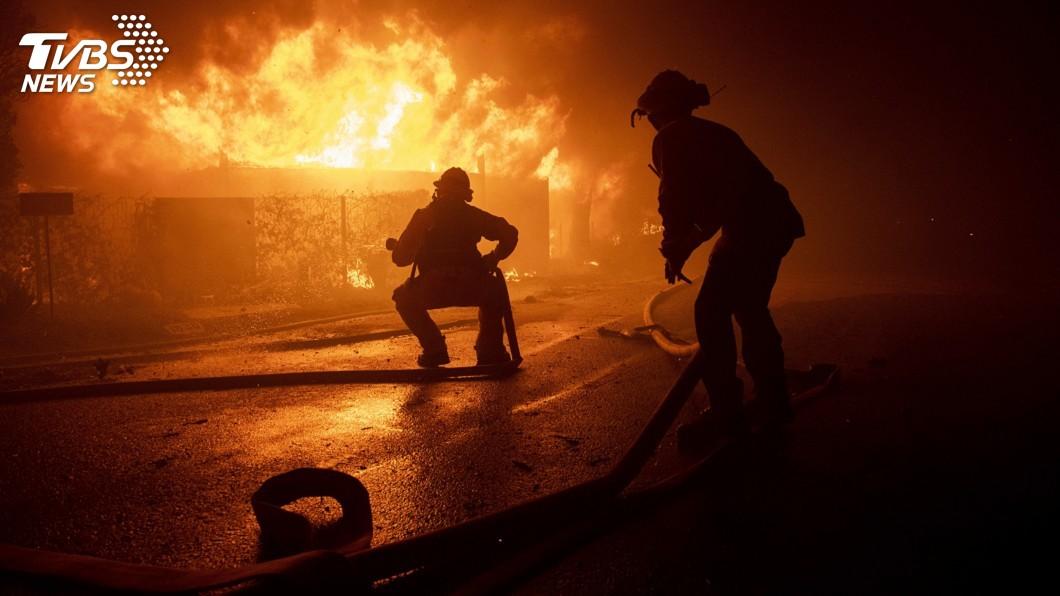 圖/達志影像美聯社 加州野火20萬人撤離 球星詹皇、阿諾急避難